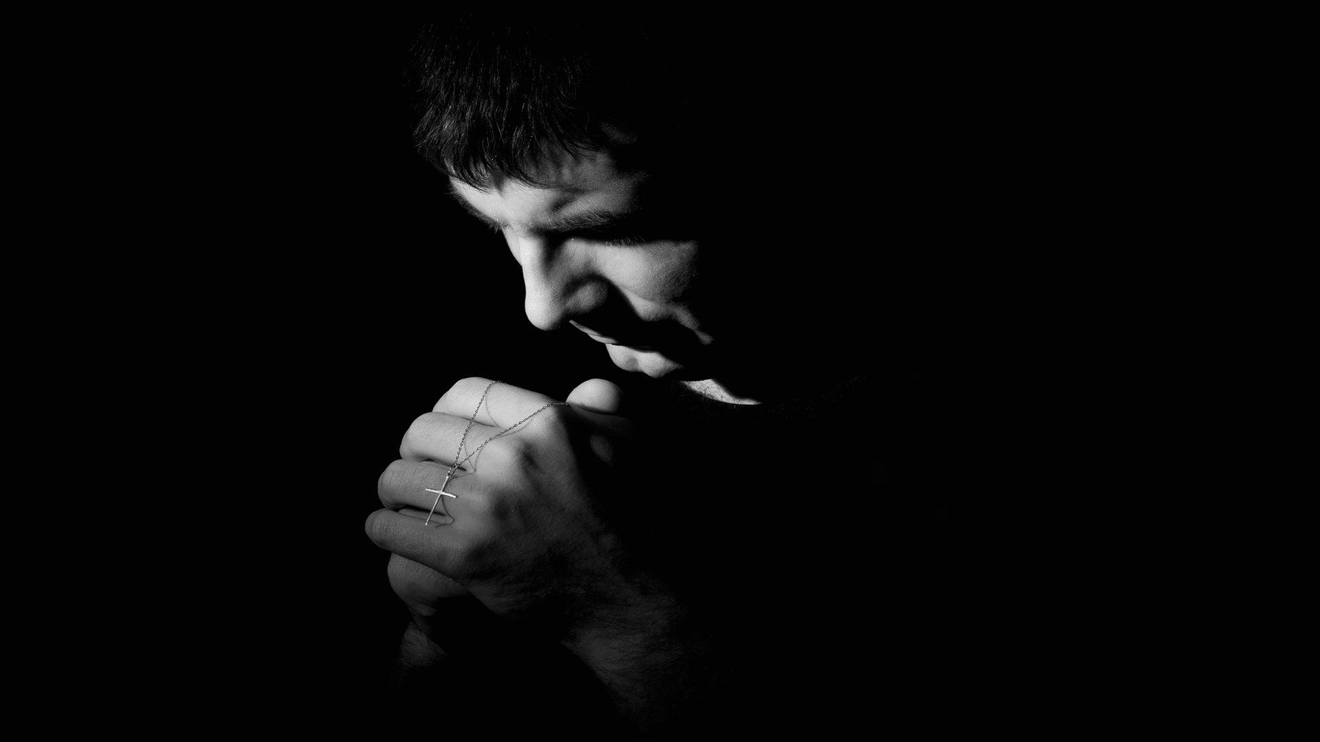 Фото парень молится на коленях